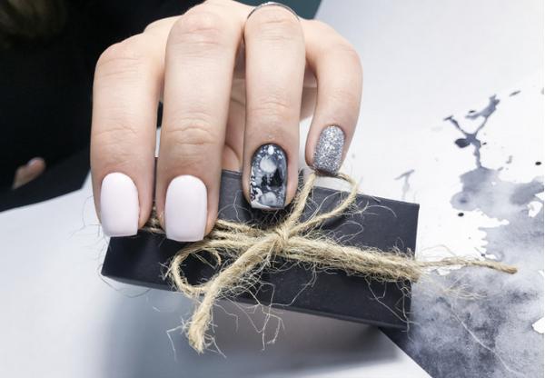 manucure-blanche-2019-2020-nail-art-paillettes